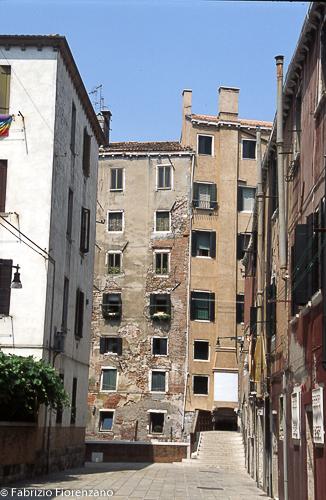 Venice Jewish ghetto -  - Gheto had to remain into the borders, so the people was forced to build the houses, one on the other. - il ghetto non poteva estendersi in larghezza. Venivano costruiti palazzi alti