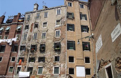 Venice Jewish ghetto - - Gheto had to remain into the borders, so the people was forced to build the houses, one on the other.- il ghetto non poteva estendersi in larghezza. Venivano costruiti palazzi alti